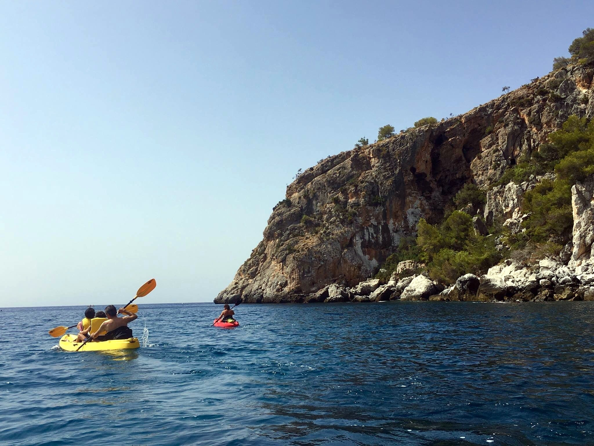 La Herradura Kayak Tours & SUP Tours! Glide along the beautiful blue sea, below the high cliffs and vegetation. Discover hidden caves and waterfalls, stop for a snorkel and swim or even a picnic!